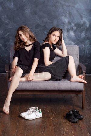 Photo pour Portrait de deux belles filles adolescentes. - image libre de droit
