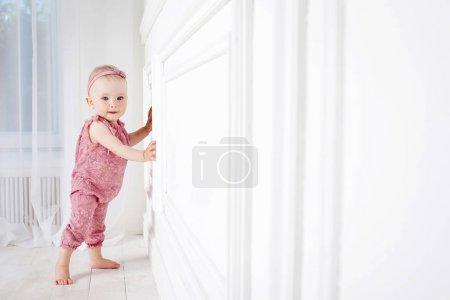 Photo pour Petite jolie fille fait les premiers pas. Espace de copie - image libre de droit