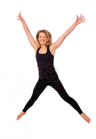 Photo pour Femme blonde sportive heureuse sauté, sauter pour la joie de la victoire. isolé sur fond blanc - image libre de droit
