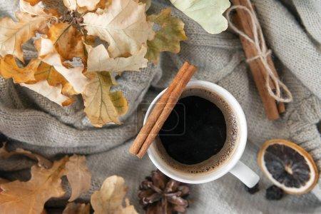 Tasse schwarzen Kaffee mit Zimtstange auf dem Hintergrund der gr