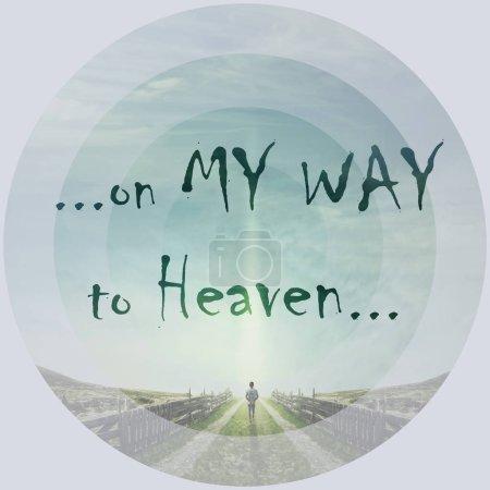 Photo pour Mots inspirants, sur mon chemin vers le ciel, comme un homme marchant sur une route de campagne avec une atmosphère de détente, à la suite d'une lumière dans le ciel. Chemin du concept de vie. - image libre de droit