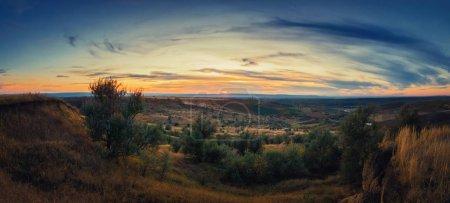 Photo pour Coucher de soleil doux d'automne sur les collines de campagne et la vallée. Paysage rural magnifique, paysage naturel. - image libre de droit