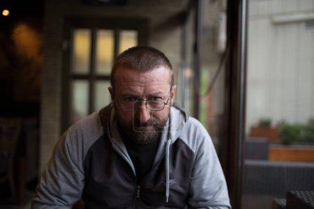 Photo pour Portrait d'un bel homme dans un café - image libre de droit