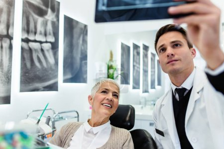 Photo pour Dentiste et patient en clinique dentaire - image libre de droit
