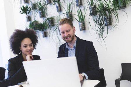 Homme et femme d'affaires multiraciaux travaillant ensemble dans un bureau moderne .