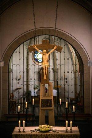 Photo pour Rieden Allemagne 15.04.2018 Installation autel avec Jésus-Christ sur la Croix accroché derrière l'autel de l'église locale de Rieden . - image libre de droit