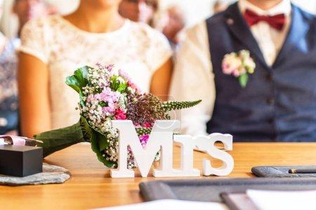 Photo pour Décoration de table Mme assiette devant le couple de mariage lors de la cérémonie de mariage . - image libre de droit