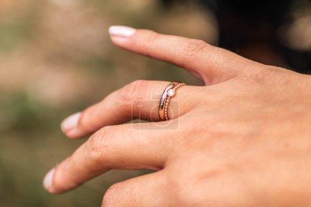 Photo pour Main de mariée avec bague de mariage gros plan avec détail - image libre de droit