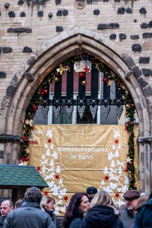 Photo pour BONN, ALLEMAGNE 17.12.2017 Décoré Signer à l'entrée du marché de Noël à Bonn, Allemagne . - image libre de droit