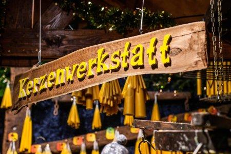 Photo pour Marché de Noël romantique allemand avec magasin éclairé pour bougies colorées - fabricant de bougies . - image libre de droit