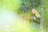 """Постер, картина, фотообои """"Девушка-ходить утром в парке с смартфон и кофе, легкие тонизирующий"""""""