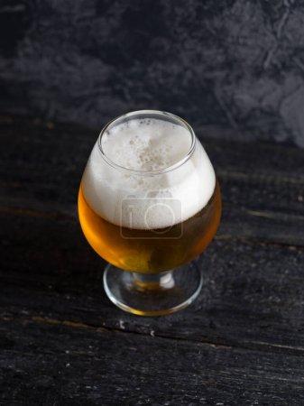 Photo pour Gros plan d'un verre brouillard de bière Pilsner - image libre de droit
