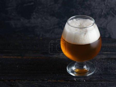 Photo pour India peel ale dans un verre embrumé sur un fond sombre avec copyspace - image libre de droit