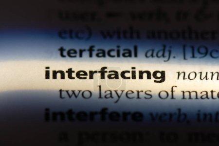 Verbindungswort in einem Wörterbuch. Schnittstellenkonzept.