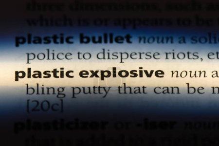 Photo pour Explosif plastique mot dans un dictionnaire. concept de l'explosif plastique. - image libre de droit