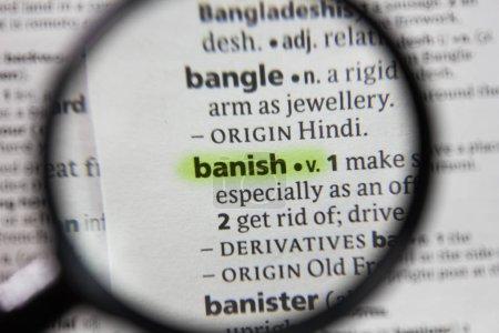 Photo pour Le mot ou la phrase bannir dans un dictionnaire . - image libre de droit