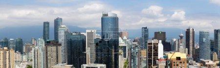 Photo pour Downtown Vancouver, Colombie-Britannique, Canada - 16 mai 2018: vue aérienne de l'horizon de la ville moderne au cours d'une journée ensoleillée. - image libre de droit