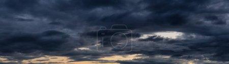 Photo pour Paysage nuageux panoramique saisissant lors d'un coucher de soleil estival animé. Prise en Colombie-Britannique, Canada . - image libre de droit