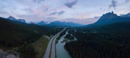 Photo pour Belle vue aérienne panoramique sur une route transcanadienne dans les Rocheuses canadiennes par une journée ensoleillée et animée. Prise à Banff, Alberta, Canada . - image libre de droit