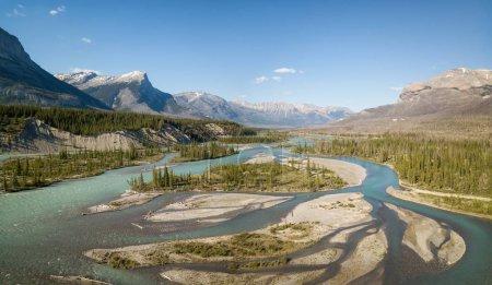 Photo pour Belle vue aérienne sur les Rocheuses canadiennes par une journée ensoleillée et animée. Prise à Banff, Alberta, Canada . - image libre de droit
