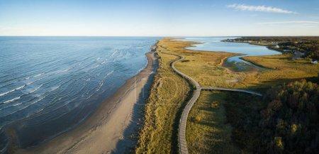 Photo pour Vue panoramique aérienne d'une belle plage de sable sur la côte de l'océan Atlantique. Pris dans La Dune de Bouctouche, Nouveau-Brunswick, Canada. - image libre de droit