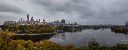 Photo pour Vue panoramique du centre-ville d'Ottawa et du Parlement du Canada. Tiré de Nepean Point, Ontario, Canada . - image libre de droit
