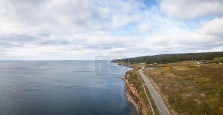 Photo pour Vue aérienne panoramique du paysage d'une route panoramique sur la côte de l'océan Atlantique par une journée ensoleillée. Porté à Port au Port West-Aguathuna-Felix Cove, Terre-Neuve, Canada . - image libre de droit