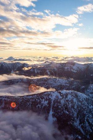 Vista aérea de un hermoso paisaje canadiense durante una puesta de sol de invierno. Tomado al norte de Vancouver, Columbia Británica, Canadá .