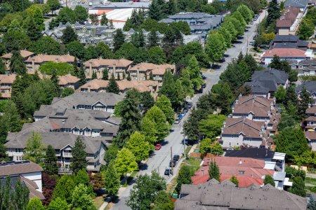 Photo pour Vue aérienne d'une maison résidentielle en banlieue pendant une journée ensoleillée d'été. Prise à Burnaby, Vancouver, BC, Canada . - image libre de droit