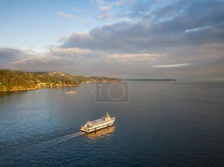 Photo pour Vue aérienne d'un bateau ferry dans l'océan pendant un coucher de soleil nuageux animé. Prises à Horseshoe Bay, West Vancouver, Colombie-Britannique, Canada. - image libre de droit