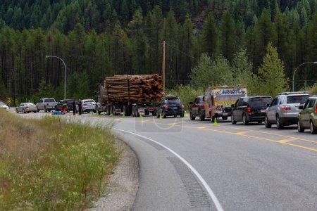Photo pour Salmo, Colombie-Britannique, Canada - 12 août 2019 : Un embouteillage important et long causé par un barrage de police après le Shambhala Music Festival. - image libre de droit