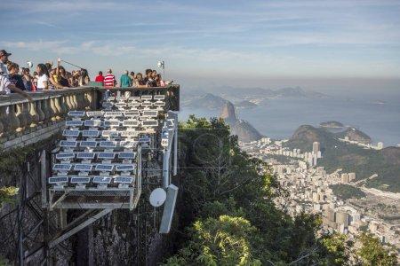 Touristen genießen die wunderschöne Landschaft vom cristo redentor (Christus der Erlöser) auf den morro do corcovado (Corcovado-Berg), Rio de Janeiro, Brasilien