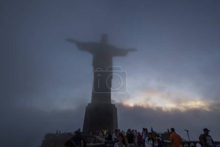 Photo pour Beau paysage de Cristo Redentor (le Christ Rédempteur) statue sur les nuages enveloppé sur Morro Corcovado (montagne Corcovado), Rio de Janeiro, Brésil - image libre de droit