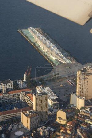 Luftaufnahme vom Flugzeugfenster zum Museum do amanha und zu Gebäuden in der Innenstadt von Rio de Janeiro an der Guanabara-Bucht, Brasilien