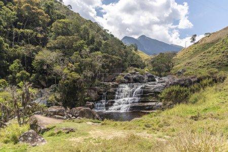 malerische felsige Gebirgswasserfalllandschaft mit blauem Himmel in ländlicher Umgebung, Tres Picos Park, Landschaft von Serra do mar, Rio de Janeiro, Brasilien