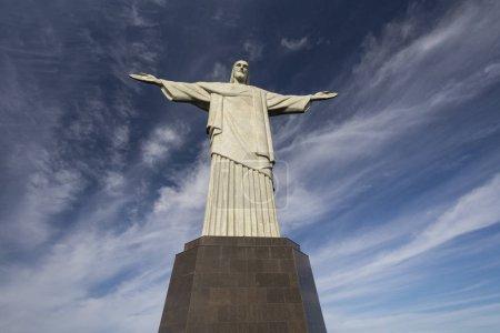 Photo pour Beau paysage en vue de Christ la Statue du Rédempteur (Cristo Redentor) au sommet de la montagne du Corcovado (Morro do Corcovado) sur tôt le matin avec un ciel bleu à Rio de Janeiro, Brésil - image libre de droit