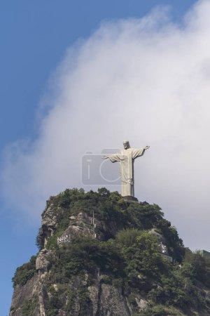 Photo pour Christ la Statue du Rédempteur (Cristo Redentor) au sommet de la montagne du Corcovado (Morro do Corcovado) avec ciel bleu et nuages blancs sur le dos, Rio de Janeiro, Brésil - image libre de droit