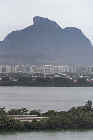 Photo pour Beau paysage de lagune et les montagnes vu du Village olympique (bâtiments résidentiels maintenant) à Barra da Tijuca, Rio de Janeiro, Brésil - image libre de droit