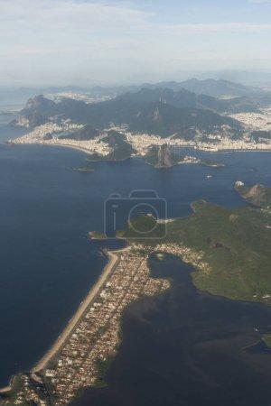 Luftaufnahme der Stadt, der grünen Berge und des Atlantiks