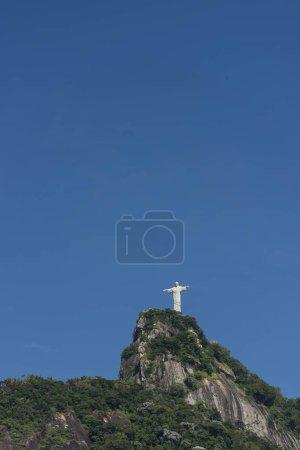 Christus die Erlöserstatue auf dem grünen Corcovado mo