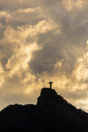 wunderschöner sonnenuntergang über der statue cristo redentor, rio de janeiro, br