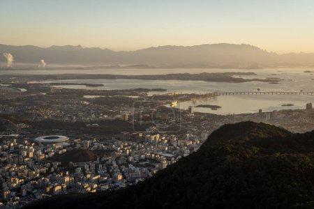 Schöne Aussicht auf Guanabara Bucht und lange Brücke mit Bergen o