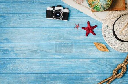 Photo pour Accessoires pour vue de dessus de voyage sur fond en bois bleu avec espace de copie. Aventure et wanderlust concept image avec accessoires de voyage. Se préparer pour un voyage exotique, voyage et tourisme . - image libre de droit