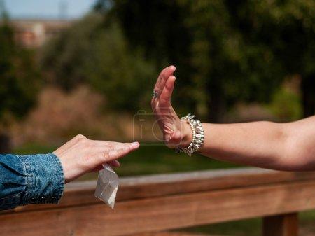 Photo pour Arrêter la notion de drogue. Une femme fait une halte à geste aux médicaments - image libre de droit