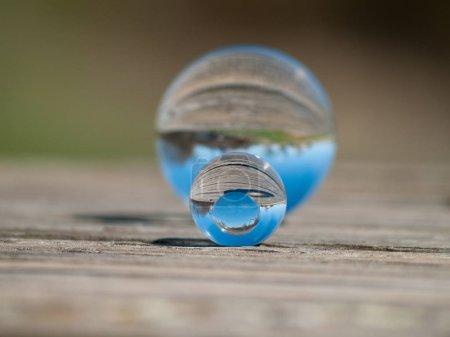 Foto de Reflejos de cielo despejado en una bolas de cristal - Imagen libre de derechos