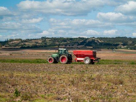 Foto de Tractor que trabaja en el campo, Salamanca,España - Imagen libre de derechos