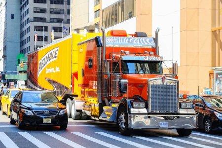 Foto de Gran camión detenido en el cruce de peatones en la ciudad de Nueva York - Imagen libre de derechos
