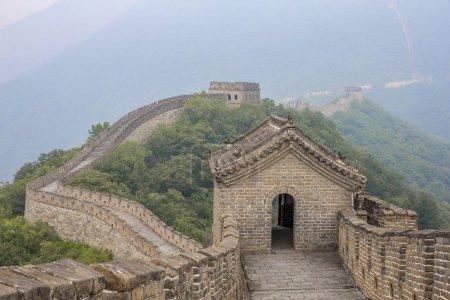 Photo pour Grande Muraille de Chine dans la brume du matin - image libre de droit