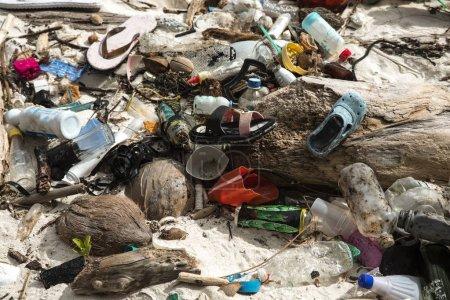 Photo pour Prise de vue spectaculaire de la plage couverte de déchets dans l'archipel de Bacuit aux Philippines - image libre de droit