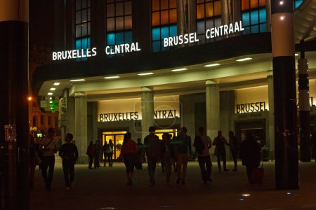 Photo pour BRUSSELS, BELGIUM - SEPTEMBER 06, 2014: Night view of the Central Railway Station of Brussels from Carrefour de l'Europe square. - image libre de droit